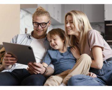 Família olhando para ipad juntos
